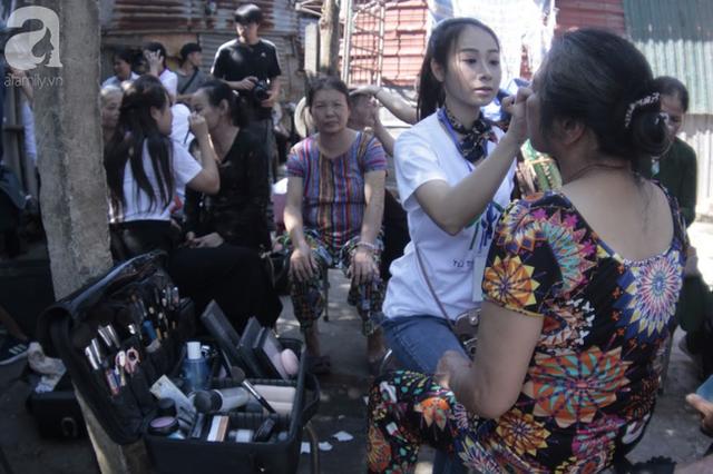 Nụ cười hạnh phúc của những người phụ nữ sống ở khu ổ chuột Hà Nội khi nhận món quà đặc biệt Ngày 20/10 - Ảnh 1.