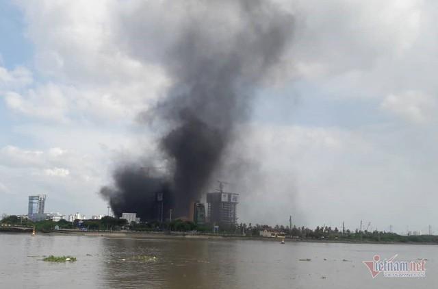Cháy công trình thi công tòa nhà cao nhất Sài Gòn, sát hầm Thủ Thiêm - Ảnh 1.