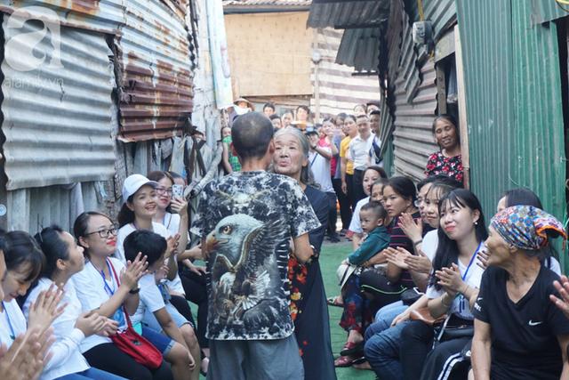 Nụ cười hạnh phúc của những người phụ nữ sống ở khu ổ chuột Hà Nội khi nhận món quà đặc biệt Ngày 20/10 - Ảnh 11.