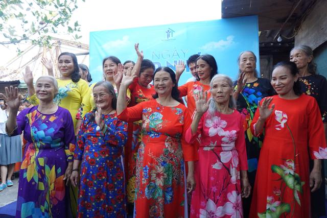 Nụ cười hạnh phúc của những người phụ nữ sống ở khu ổ chuột Hà Nội khi nhận món quà đặc biệt Ngày 20/10 - Ảnh 17.