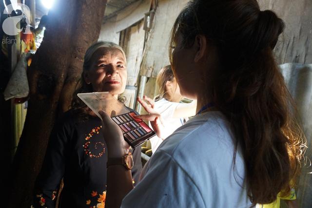 Nụ cười hạnh phúc của những người phụ nữ sống ở khu ổ chuột Hà Nội khi nhận món quà đặc biệt Ngày 20/10 - Ảnh 3.