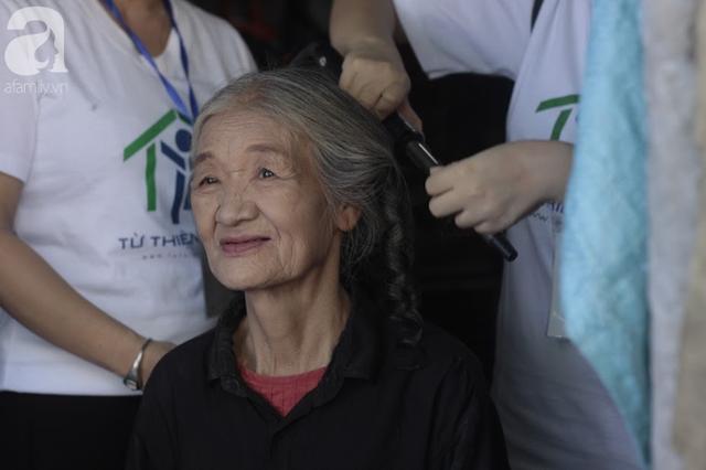 Nụ cười hạnh phúc của những người phụ nữ sống ở khu ổ chuột Hà Nội khi nhận món quà đặc biệt Ngày 20/10 - Ảnh 4.