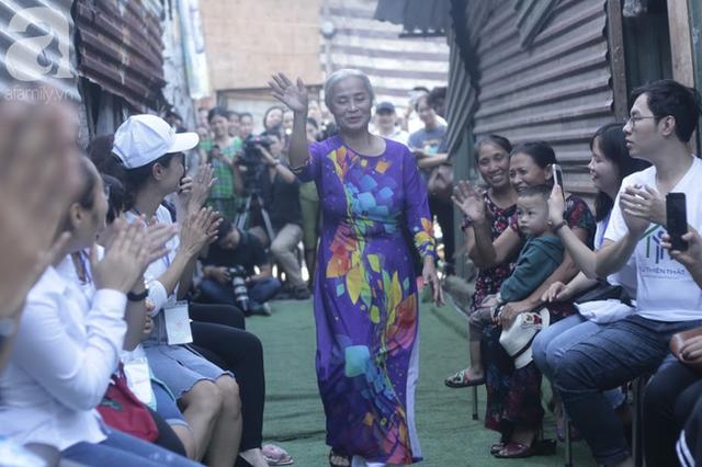 Nụ cười hạnh phúc của những người phụ nữ sống ở khu ổ chuột Hà Nội khi nhận món quà đặc biệt Ngày 20/10 - Ảnh 6.