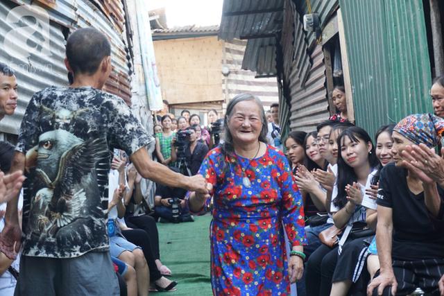 Nụ cười hạnh phúc của những người phụ nữ sống ở khu ổ chuột Hà Nội khi nhận món quà đặc biệt Ngày 20/10 - Ảnh 9.