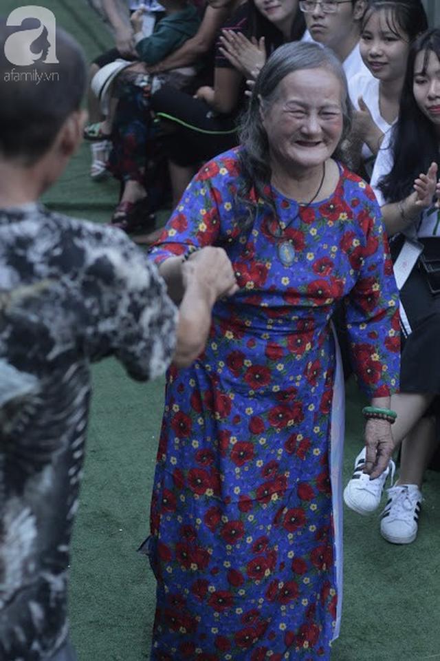Nụ cười hạnh phúc của những người phụ nữ sống ở khu ổ chuột Hà Nội khi nhận món quà đặc biệt Ngày 20/10 - Ảnh 10.