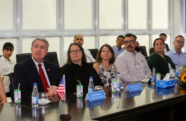 Thứ trưởng Bộ Nông nghiệp Mỹ ấn tượng với siêu nhà máy sữa của Vinamilk - Ảnh 1.