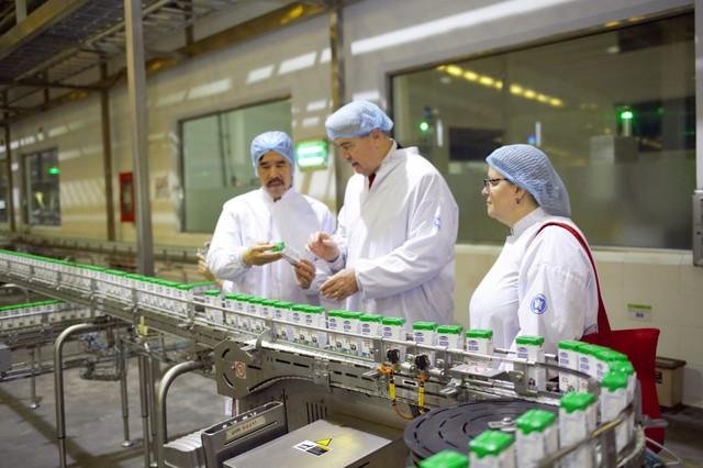 Thứ trưởng Bộ Nông nghiệp Mỹ ấn tượng với siêu nhà máy sữa của Vinamilk - Ảnh 2.