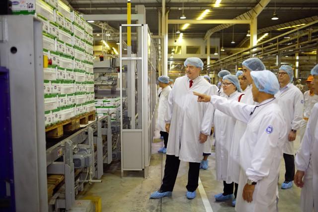 Thứ trưởng Bộ Nông nghiệp Mỹ ấn tượng với siêu nhà máy sữa của Vinamilk - Ảnh 3.