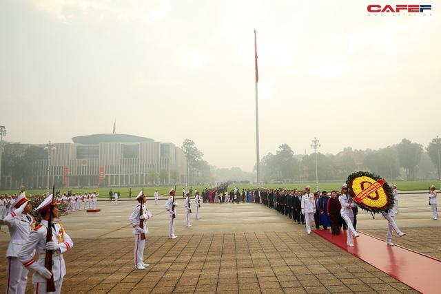 Đại biểu Quốc hội Lăng viếng Bác trước khi khai mạc kỳ họp - Ảnh 1.
