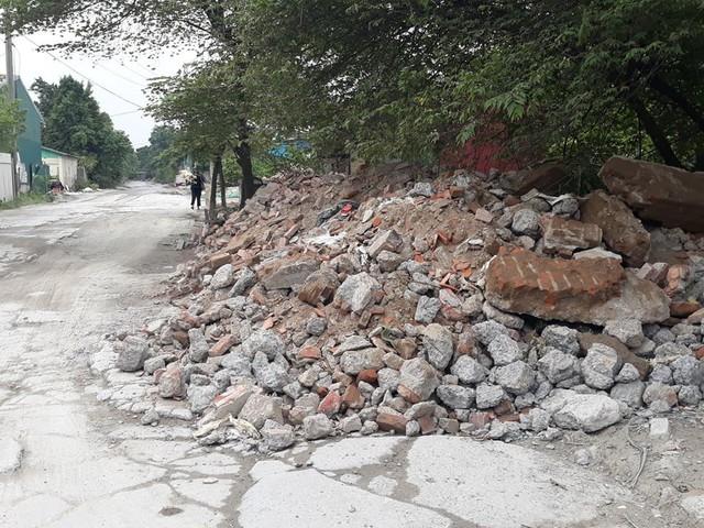 Núi rác thải xây dựng bao trùm tuyến đường đẹp nhất Hà Nội - Ảnh 2.