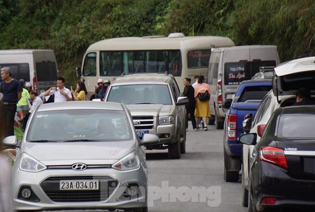 Hàng ngàn du khách check in ở Panorama Mã Pì Lèng giữa lúc đình chỉ hoạt động - Ảnh 11.