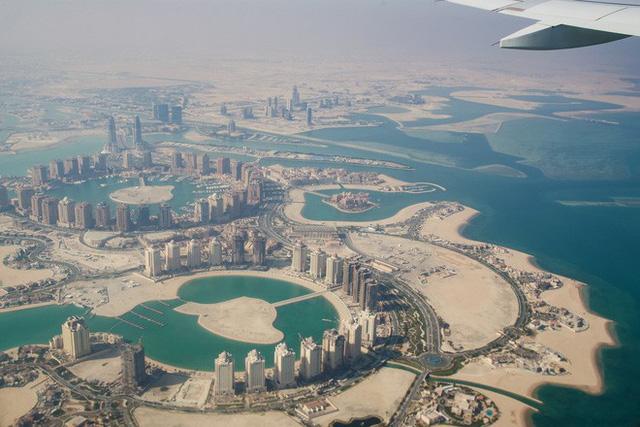 Đẳng cấp chơi trội: Trời nóng 50 độ C, Qatar lắp luôn điều hòa nhiệt độ khổng lồ ngoài trời để người dân thấy mát mẻ hơn - Ảnh 2.