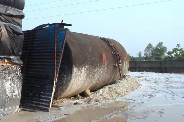 Cận cảnh nơi lưu giữ dầu thải bị tuồn ra đầu độc nước sông Đà của Công ty gốm sứ Thanh Hà - Ảnh 14.