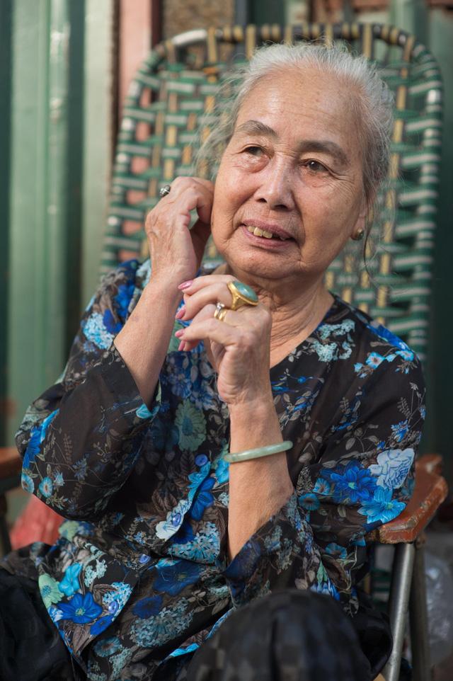 Triết lý sung sướng phụ nữ hiện đại nào cũng phải học từ cụ bà 81 tuổi bán hoa thơm 70 năm ở góc chợ Đồng Xuân - Ảnh 15.