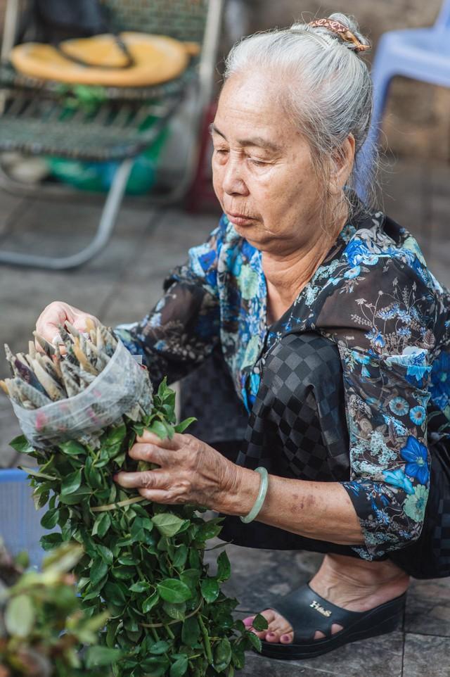 Triết lý sung sướng phụ nữ hiện đại nào cũng phải học từ cụ bà 81 tuổi bán hoa thơm 70 năm ở góc chợ Đồng Xuân - Ảnh 16.