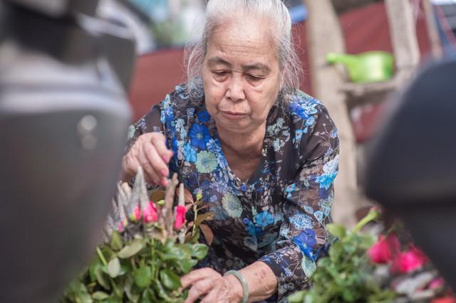 Triết lý sung sướng phụ nữ hiện đại nào cũng phải học từ cụ bà 81 tuổi bán hoa thơm 70 năm ở góc chợ Đồng Xuân - Ảnh 17.