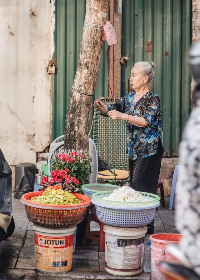 Triết lý sung sướng phụ nữ hiện đại nào cũng phải học từ cụ bà 81 tuổi bán hoa thơm 70 năm ở góc chợ Đồng Xuân - Ảnh 19.