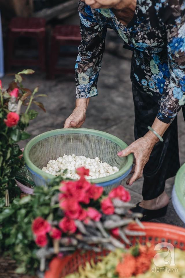 Triết lý sung sướng phụ nữ hiện đại nào cũng phải học từ cụ bà 81 tuổi bán hoa thơm 70 năm ở góc chợ Đồng Xuân - Ảnh 3.