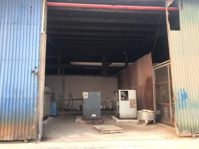 Cận cảnh nơi lưu giữ dầu thải bị tuồn ra đầu độc nước sông Đà của Công ty gốm sứ Thanh Hà - Ảnh 5.