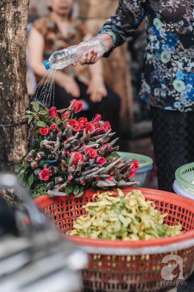 Triết lý sung sướng phụ nữ hiện đại nào cũng phải học từ cụ bà 81 tuổi bán hoa thơm 70 năm ở góc chợ Đồng Xuân - Ảnh 7.
