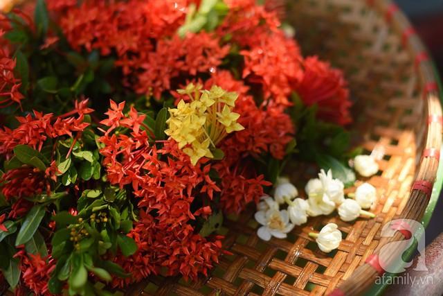 Triết lý sung sướng phụ nữ hiện đại nào cũng phải học từ cụ bà 81 tuổi bán hoa thơm 70 năm ở góc chợ Đồng Xuân - Ảnh 8.