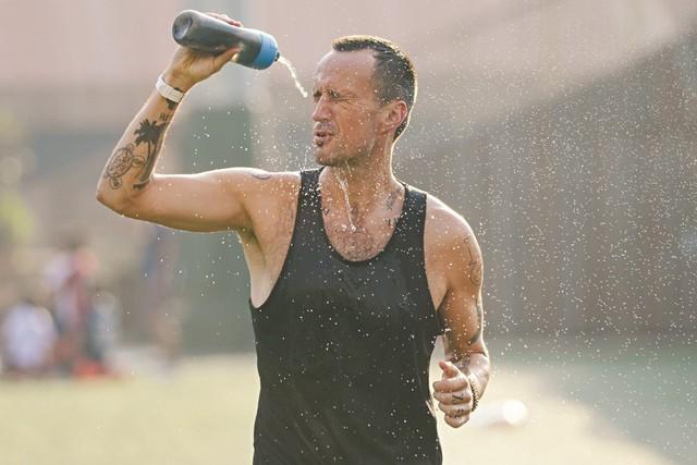 Sau 5 tháng cai rượu bia để thi marathon, tôi ngỡ ngàng chứng kiến sức khỏe đi lên, cuộc sống từng thảm hại nay thay đổi đến kinh ngạc! - Ảnh 1.