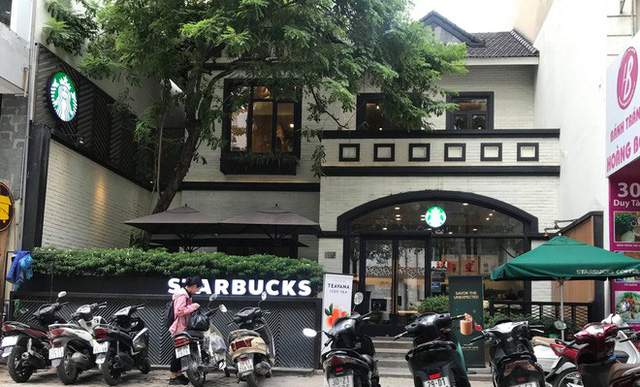 Sau sự cố nước dính dầu thải, các cửa hàng của Starbucks đồng loạt mở cửa trở lại - Ảnh 1.