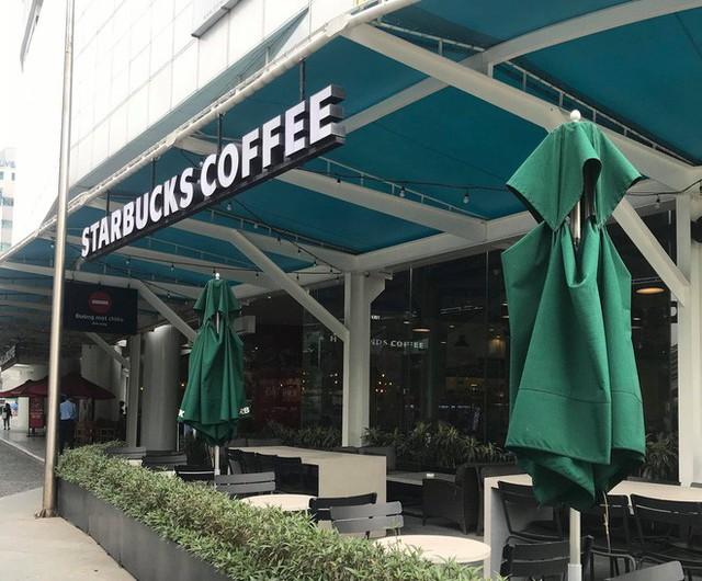 Sau sự cố nước dính dầu thải, các cửa hàng của Starbucks đồng loạt mở cửa trở lại - Ảnh 2.