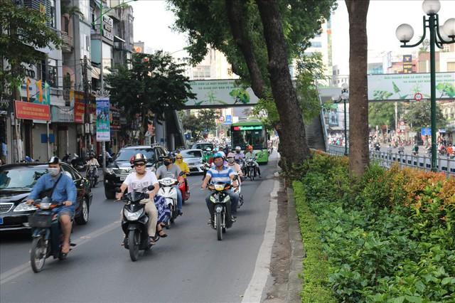 """Nhiều phương tiện chen lấn, buýt nhanh BRT """"rùa bò"""" trên làn dành riêng - Ảnh 2."""