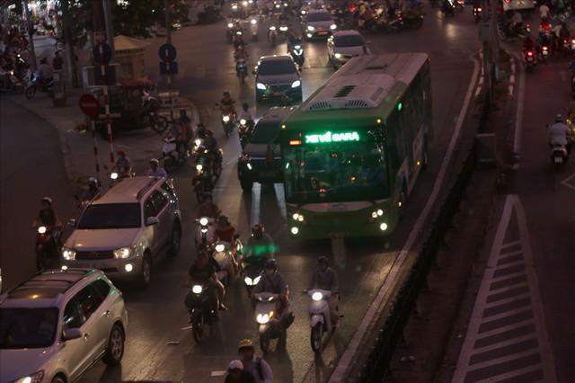 """Nhiều phương tiện chen lấn, buýt nhanh BRT """"rùa bò"""" trên làn dành riêng - Ảnh 5."""