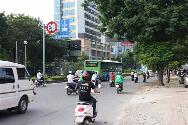 """Nhiều phương tiện chen lấn, buýt nhanh BRT """"rùa bò"""" trên làn dành riêng - Ảnh 6."""