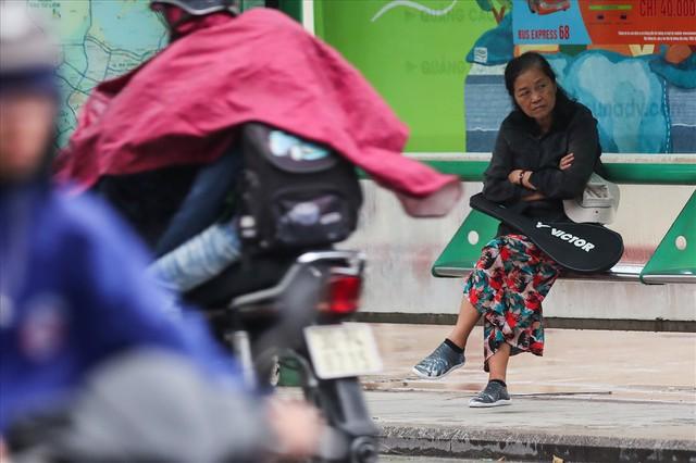 Gió lạnh tràn về, người Hà Nội co ro áo khoác ra đường - Ảnh 1.