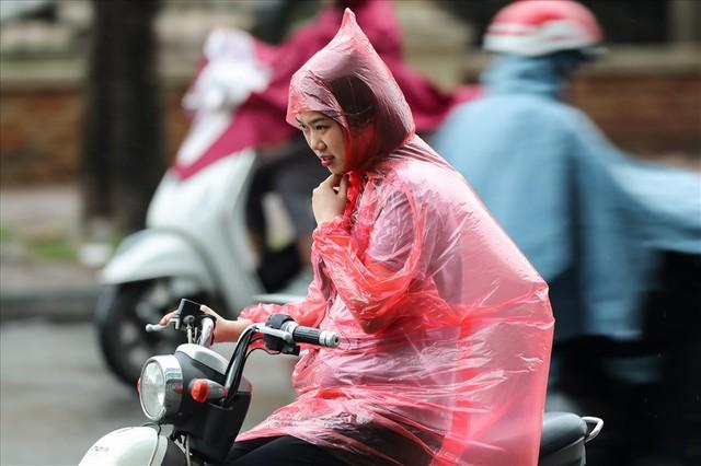 Gió lạnh tràn về, người Hà Nội co ro áo khoác ra đường - Ảnh 2.