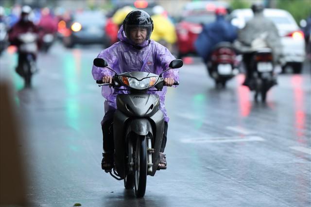 Gió lạnh tràn về, người Hà Nội co ro áo khoác ra đường - Ảnh 11.