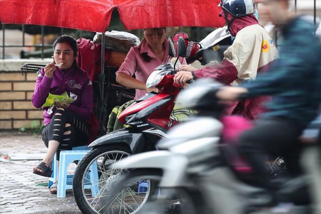 Gió lạnh tràn về, người Hà Nội co ro áo khoác ra đường - Ảnh 3.