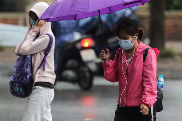 Gió lạnh tràn về, người Hà Nội co ro áo khoác ra đường - Ảnh 4.