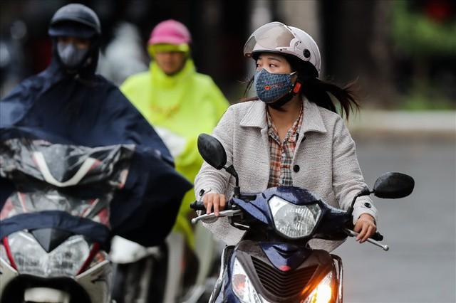 Gió lạnh tràn về, người Hà Nội co ro áo khoác ra đường - Ảnh 5.