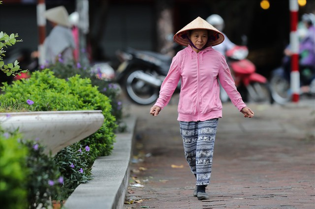 Gió lạnh tràn về, người Hà Nội co ro áo khoác ra đường - Ảnh 7.