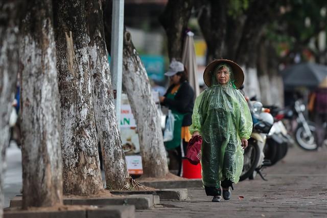 Gió lạnh tràn về, người Hà Nội co ro áo khoác ra đường - Ảnh 8.