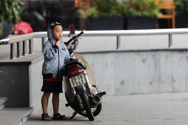 Gió lạnh tràn về, người Hà Nội co ro áo khoác ra đường - Ảnh 9.