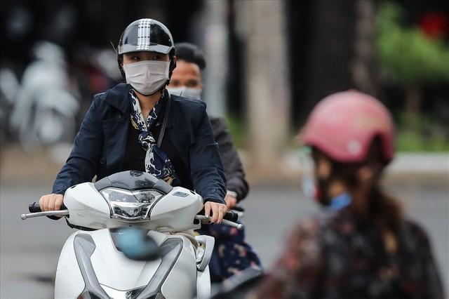 Gió lạnh tràn về, người Hà Nội co ro áo khoác ra đường - Ảnh 10.