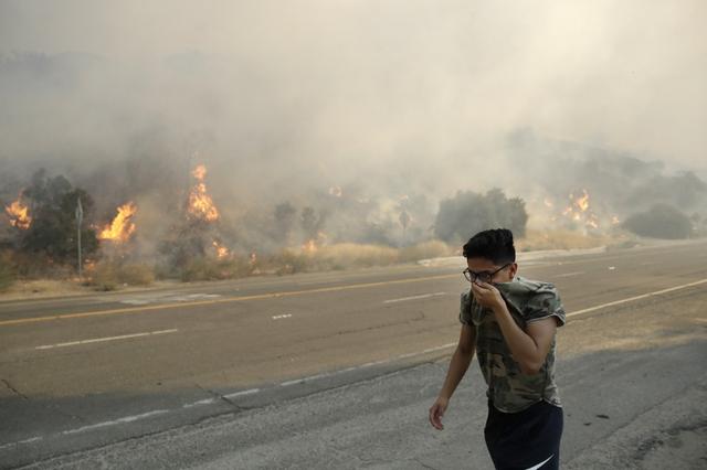Hàng trăm căn nhà ở California bị thiêu rụi do cháy rừng - Ảnh 2.