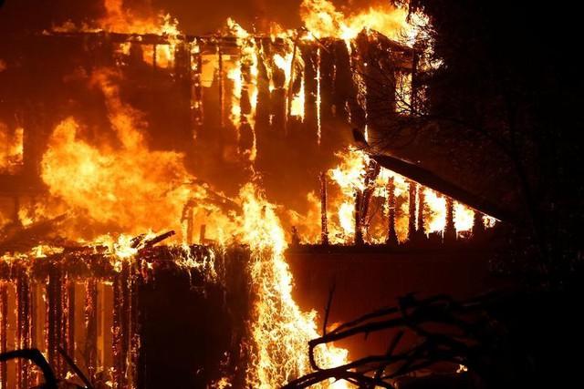 Hàng trăm căn nhà ở California bị thiêu rụi do cháy rừng - Ảnh 4.