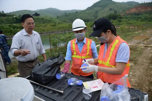 Tiếp tục hút bùn kênh dẫn nước sông Đà sau gần 20 ngày vụ đổ trộm dầu thải - Ảnh 7.