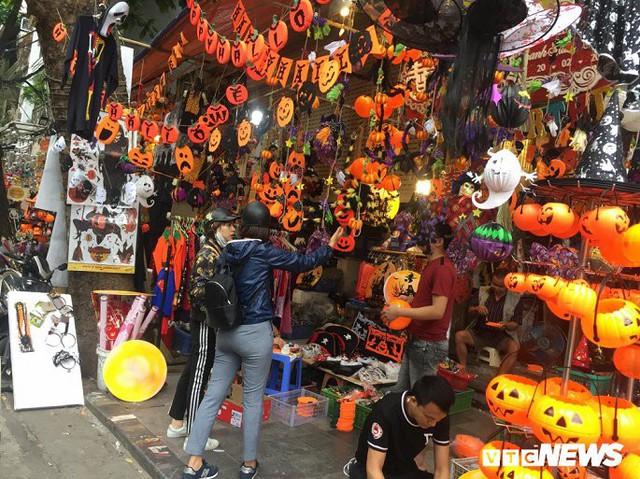 Thị trường đồ trang trí Halloween: Càng kinh dị càng hút khách - Ảnh 1.