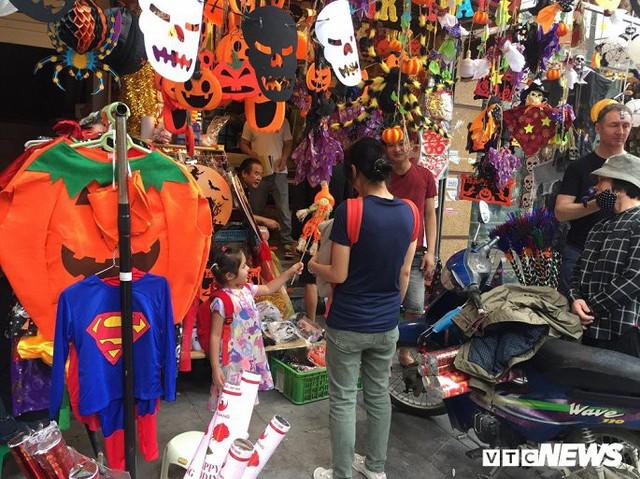 Thị trường đồ trang trí Halloween: Càng kinh dị càng hút khách - Ảnh 2.