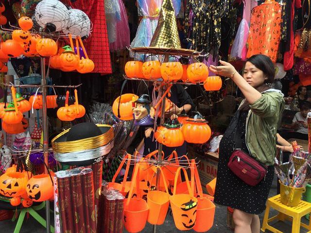 Thị trường đồ trang trí Halloween: Càng kinh dị càng hút khách - Ảnh 3.