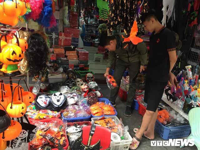 Thị trường đồ trang trí Halloween: Càng kinh dị càng hút khách - Ảnh 4.