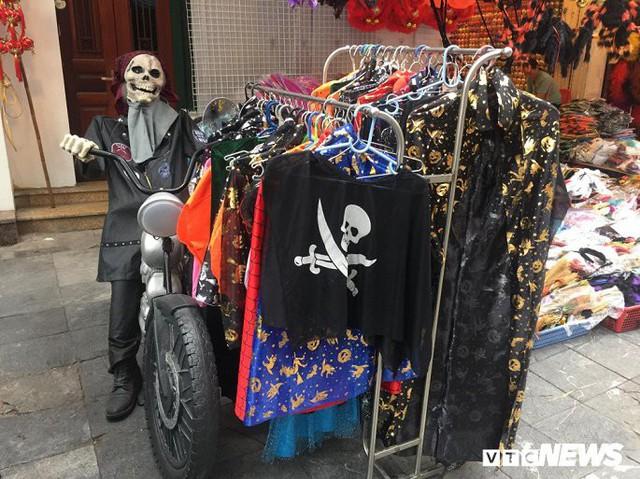 Thị trường đồ trang trí Halloween: Càng kinh dị càng hút khách - Ảnh 6.
