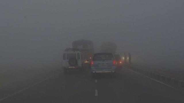 Kinh nghiệm nằm lòng khi lái xe trong thời tiết sương mù - Ảnh 1.